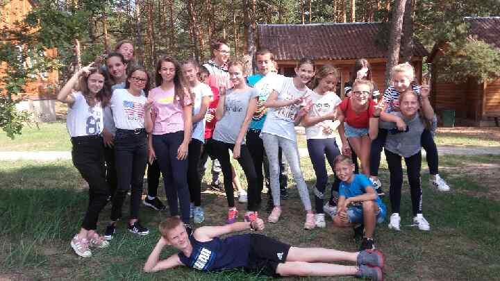 Uczniowie klasy VI i VII przed Ośrodkiem w Popowie