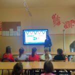 Wolontariusze przedstawiają prezentację o Francji i Hondurasie